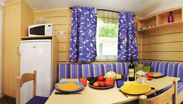 Vente privée Camping 5* Les Grosses Pierres – Pièce à vivre avec coin repas