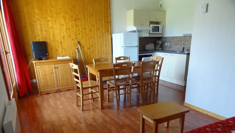 Vente privée Résidence Le Hameau du Puy 3* – Coin cuisine équipé ouvert sur le séjour