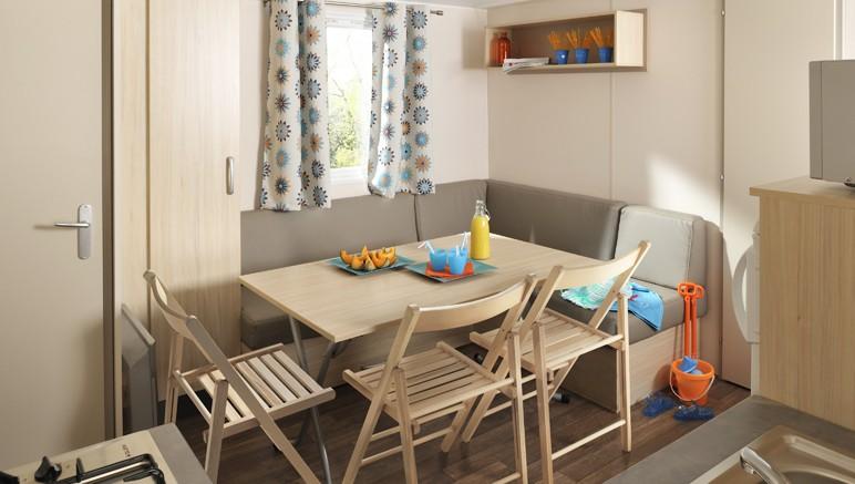 Vente privée Camping 4* Le Domaine d'Inly – Pièce à vivre avec coin repas