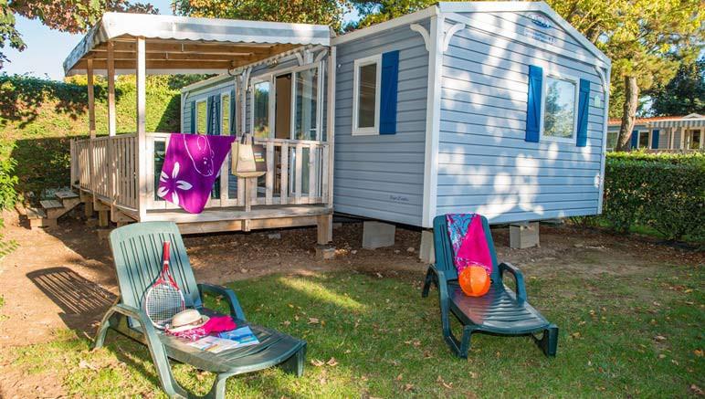 Vente privée Camping 5* Les Brunelles – Terrasse avec mobilier de jardin