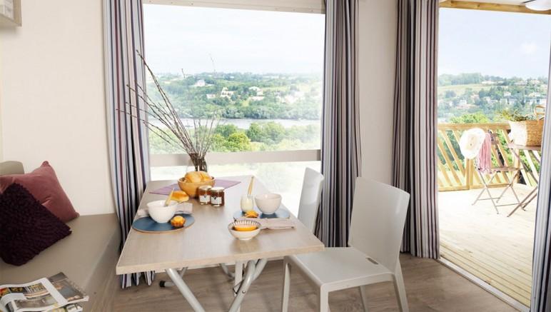 Vente privée Camping 3* Marina Village – Séjour ouvert sur la terrasse
