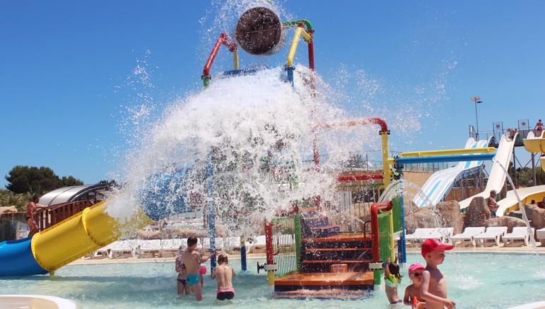 Vente privée Camping 4* Le Soleil de la Méditerranée – Pataugeoire avec jeux d'eau pour les enfants