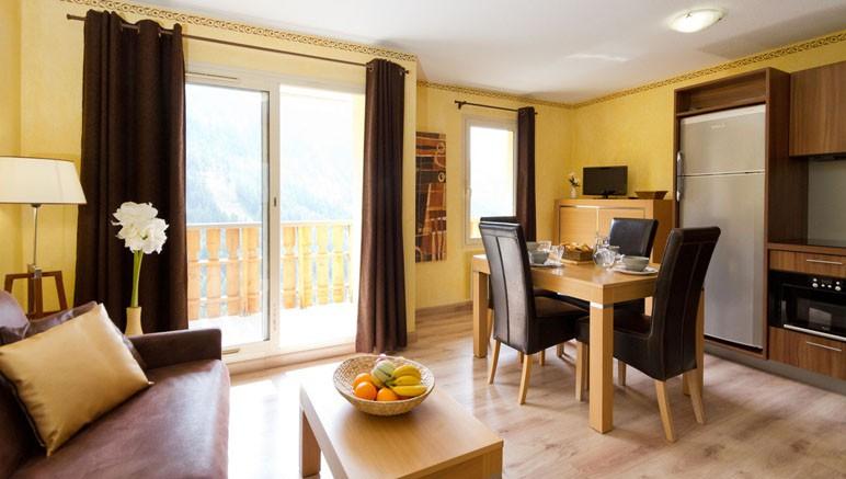 Vente privée Résidence Les Terrasses d'Isola 3* – Pièce à vivre lumineuse avec coin repas