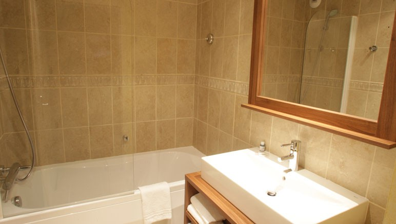 Vente privée Résidence Les Terrasses d'Isola 3* – Salle de bain avec douche ou baignoire