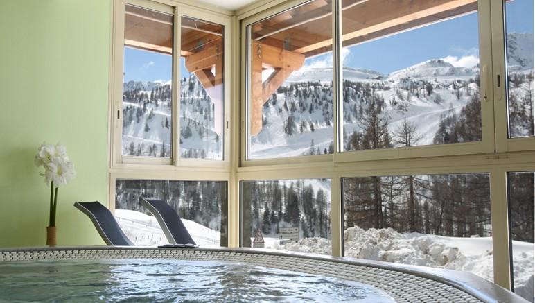 Vente privée Résidence Les Terrasses d'Isola 3* – ... et à l'espace bien-être avec bain remous vue sur la montagne