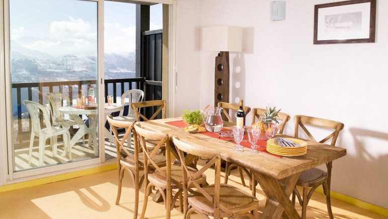 Vente privée Résidence Les Adrets de Peyragudes 3* – Pièce à vivre lumineuse avec coin repas