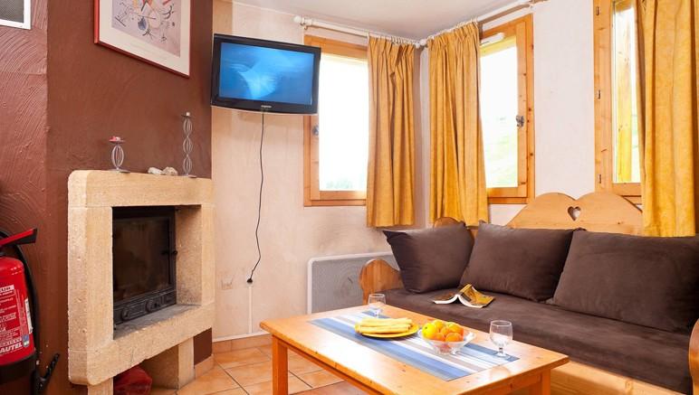 Vente privée Résidence Les Chalets et Lodges des Alpages – Pièce à vivre lumineuse avec cheminée (dans les chalets)